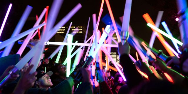 Star wars-fans med ljussablar under Glow Battle Tour i Las Vegas. Chris Pizzello / TT / NTB Scanpix