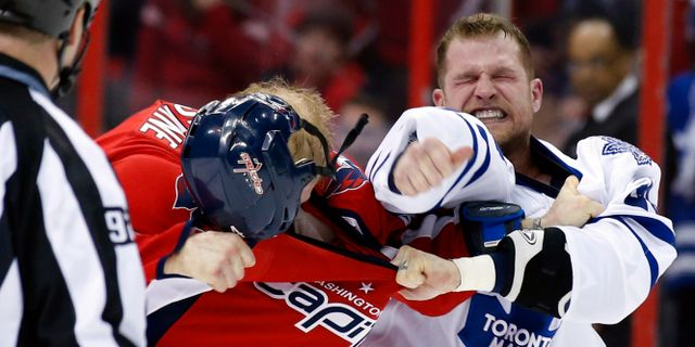 Washington Capitals John Erskine och Toronto Maple Leafs Colton Orr under en NHL-match. Alex Brandon / TT NYHETSBYRÅN