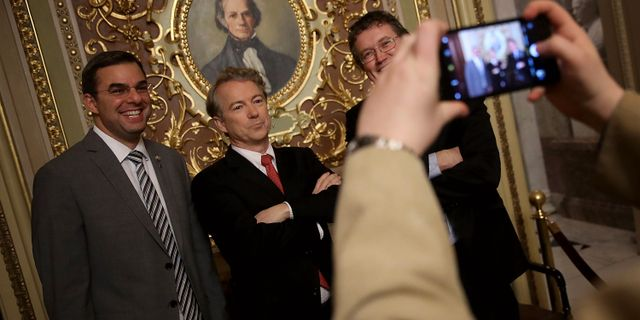 Republikanske senatorn Rand Paul i mitten. WIN MCNAMEE / GETTY IMAGES NORTH AMERICA