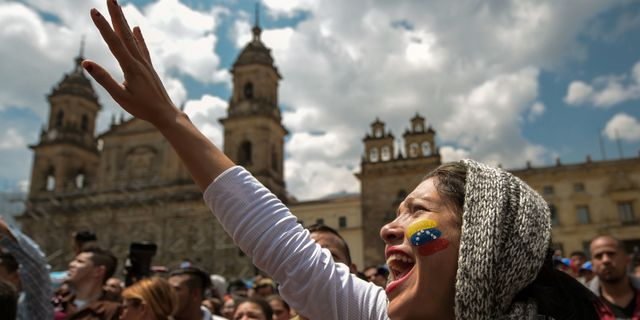 Venezuelanska oppositionella demonstranter i Colombia under söndagens folkomröstning. RAUL ARBOLEDA / AFP