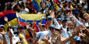 Demonstranter marscherar mot Maduro i San Cristobal i delstaten Tachira den 22 april. GEORGE CASTELLANOS / AFP