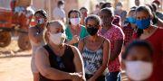 Kvinnor med munskydd i Brasilien. Eraldo Peres / TT NYHETSBYRÅN