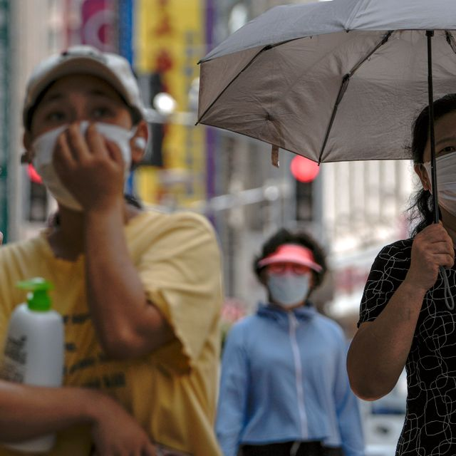 Women wearing face masks to help protect from the coronavirus walk through a popular shopping street in Shanghai, China, Sunday, Aug. 29, 2021. Andy Wong / TT NYHETSBYRÅN