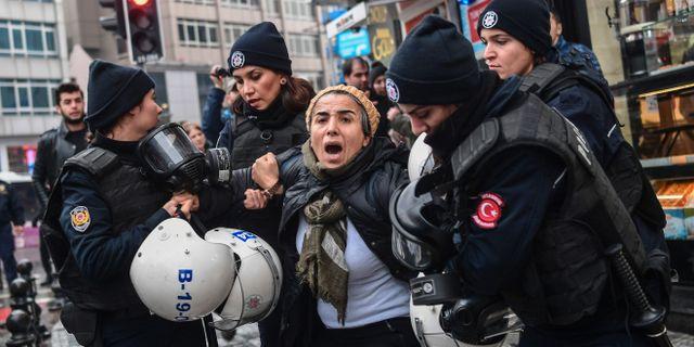 En kvinna grips under protester i Ankara mot militäroffensiven. OZAN KOSE / AFP