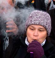Illustrationsbild: E-cigarettanhängare demonstrerar utanför Vita huset i protest mot det föreslagna förbudet mot smaktillsatser i e-cigaretter.  JOSE LUIS MAGANA / AFP