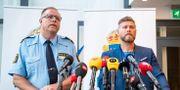 Polismästare Stefan Sintéus och utredare Niklas Kirschhoff under Malmöpolisens pressträff på Rättscentrum i Malmö på tisdagsförmiddagen. Johan Nilsson/TT / TT NYHETSBYRÅN
