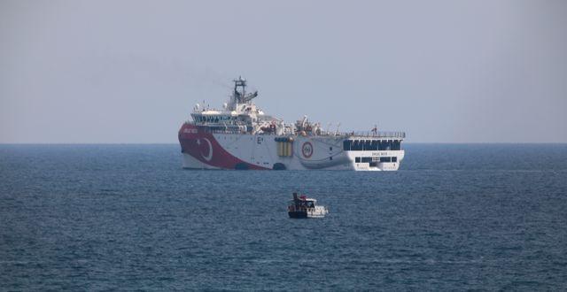 Fartyget Oruc Reis som söker efter gas i östra Medelhavet.  Burhan Ozbilici / TT NYHETSBYRÅN