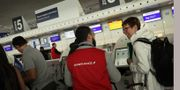 Arkivbild: Air France-personal hjälper strandsatta resenärer på Charles de Gaulle-flygplatsen den 7 april i år. TT