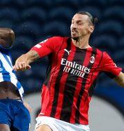 Zlatan Ibrahimovic i duell med Chancel Mbemba. PEDRO NUNES / BILDBYRÅN