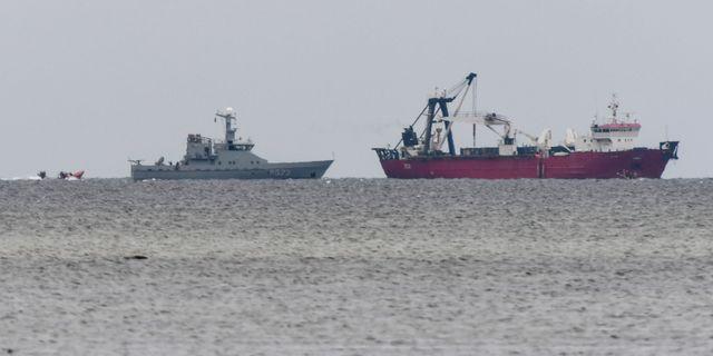 Dansk kustbevakning och ett bärgningsfartyg vid platsen där ubåten Nautilus sjönk söder om Dragör på fredagen. Johan Nilsson/TT / TT NYHETSBYRÅN