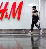 Utanför en H&M-butik i Peking.  Mark Schiefelbein / TT NYHETSBYRÅN