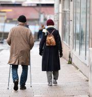 Äldre personer på stan. Amir Nabizadeh/TT / TT NYHETSBYRÅN