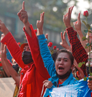 Min Aung Hlaing/Protester mot militären. TT