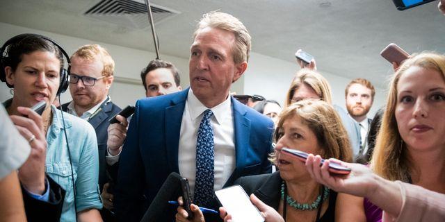 Republikanen Jeff Flake är en av senatorerna som har krävt att omröstningen om Brett Kavanaughs domarposition ska skjutas upp tills dess att kvinnan som anklagar honom hörs.  J. Scott Applewhite / TT NYHETSBYRÅN/ NTB Scanpix