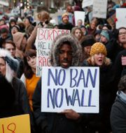 Protester i Cincinnati den 30 januari, mot Donald Trumps inreseförbud. John Minchillo / TT / NTB Scanpix