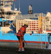 En hamnarbetare i Blyth på fredagen. LINDSEY PARNABY / AFP