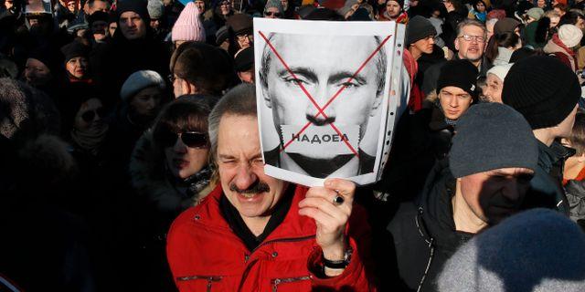 Demonstranterna höll upp plakat med Putinkritiska budskap. Dmitri Lovetsky / TT NYHETSBYRÅN