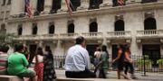 Arkivbild: Människor passerar utanför New York Stock Exchange SPENCER PLATT / GETTY IMAGES NORTH AMERICA