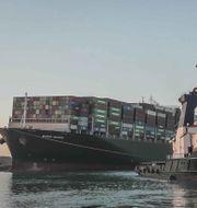 Ever Given kom loss efter en vecka på tvären i Suezkanalen (29 mars 2021). TT NYHETSBYRÅN/Suez Canal Authority