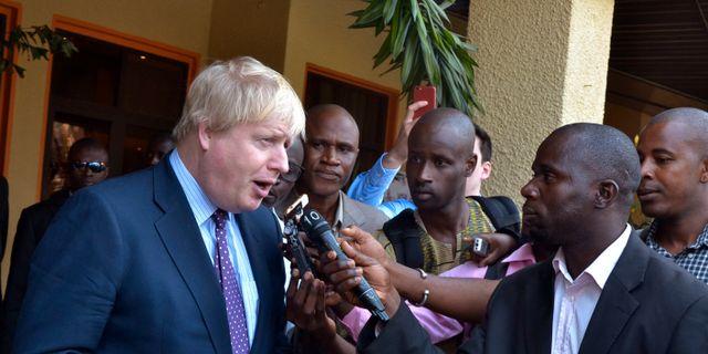 Storbritanniens utrikesminister Boris Johnson talade med reportrar innan besöket med Gambias president Adama Barrow på tisdagen. Kuku Marong / TT / NTB Scanpix