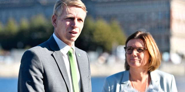 MP-språkrören Per Bolund och Isabella Lövin presenterade nya klimatsatsningar i höstbudgeten.  Karin Wesslén/TT / TT NYHETSBYRÅN