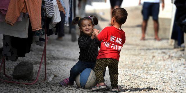 """Pojke med en tröja med texten """"We are the future"""" i flyktinglägret Moria på den grekiska ön Lesbos. Urban Andersson/TT"""
