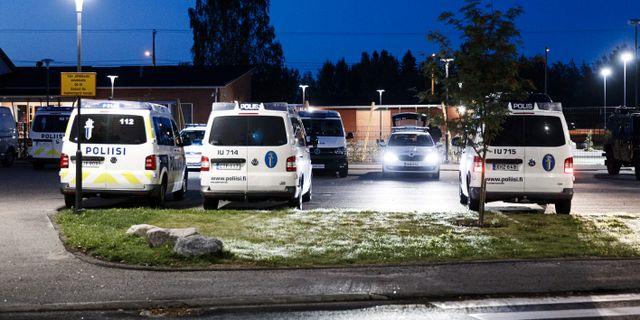 Polisbilar under nattens insats i Borgå. LEHTIKUVA / TT NYHETSBYRÅN