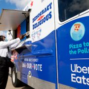 Pizza to the Polls partnered with Uber Eats and more to provide food trucks at voting sites across the country, Thursday, Oct. 29, 2020 in Houston. Michael Wyke / TT NYHETSBYRÅN
