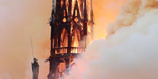 Notre-Dame brinner.  BENOIT TESSIER / TT NYHETSBYRÅN