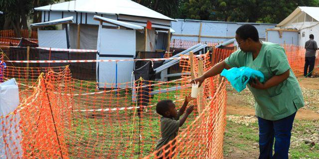 En volontär ger en pojke mat som misstänks ha fått ebola. Fotot är taget i Beni i östra Kongo-Kinshasa. Al-hadji Kudra Maliro / TT NYHETSBYRÅN