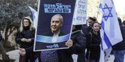 Anhängare till Netanyahu utanför Israels högsta domstol idag. MENAHEM KAHANA / AFP