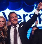 FPÖ:s partiledare Heinz-Christian Strache tillsammans med sin fru Philippa Beck under valnatten.  MICHAEL DALDER / TT NYHETSBYRÅN