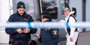 Polis och kriminaltekniker vid brottsplatsen.  Johan Nilsson/TT / TT NYHETSBYRÅN
