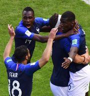 Pogba (längst till höger) gratuleras av lagkamraterna. LUIS ACOSTA / AFP