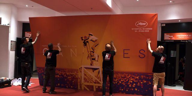 De sista förberedelserna görs inför öppningen av filmfestivalen.  Petros Giannakouris / TT NYHETSBYRÅN