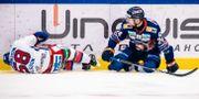 Oskar Nilsson (väster) liggandes på isen efter en tackling av Brendan Shinnimin (höger) JONAS LJUNGDAHL / BILDBYRÅN