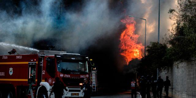 En fabrik i södra Israel fattade eld efter en raketattack under tisdagen. Tsafrir Abayov / TT NYHETSBYRÅN