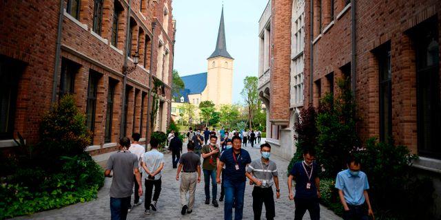 Arkivbild: Huawei-anställda går på gatan i Huaweis campus med Europatema i Guangdong-provinsen i Kina.  NOEL CELIS / TT NYHETSBYRÅN