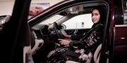 Bilförsäljaren Maram Al-Hazer har tidigare bara fått sälja bilarna, nu får hon även k Nariman El-Mofty / TT / NTB Scanpix