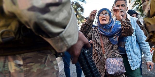 En demonstrant som stöttar tidigare premiärministern al-Hariri vid protester under fredagen.   AFP