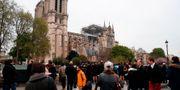 Människor samlas vid katedralen. ZAKARIA ABDELKAFI / AFP