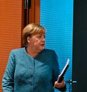Arngela Merkel i samspråk med finansminister Olaf Scholz Tobias Schwarz / TT NYHETSBYRÅN