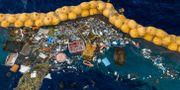 Arbete med att samla upp plast. TT NYHETSBYRÅN