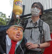 Demonstranter samlades utanför USA:s konsulat i Hongkong efter Donald Trumps besked på fredagen.  Kin Cheung / TT NYHETSBYRÅN