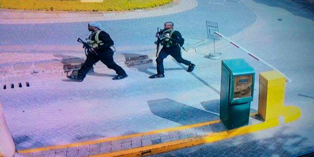 En övervakningsfilm visar gärningsmänenn utanför hotellkomplexet. TT NYHETSBYRÅN