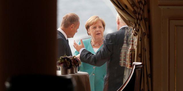 Angela Merkel i samtal med Donald Tusk och Boris Johnson i Biarritz på lördagen.  POOL / TT NYHETSBYRÅN