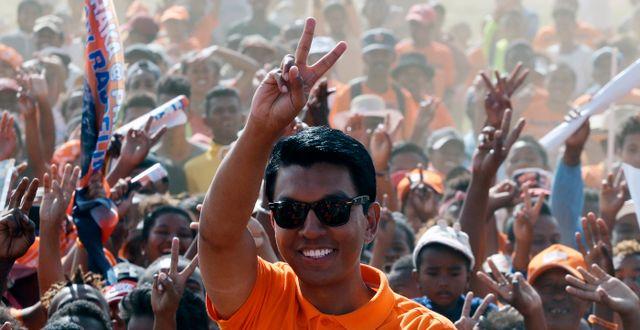 Andry Rajoelina vinkar till supportrar. Arkivbild 2018.  Themba Hadebe / TT NYHETSBYRÅN