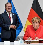 Armin Laschet och Angela Merkel. Arkivbild.  Martin Meissner / TT NYHETSBYRÅN