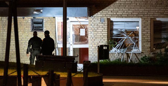 Nationella bombskyddet undersöker skadorna på en entré och fönster vid en flerfamiljsfastighet på Von Rosens väg på Rosengård i Malmö efter en explosion tidigt på onsdagsmorgonen. Johan Nilsson/TT / TT NYHETSBYRÅN