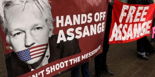 Demonstranter håller upp plakat till stöd för Julian Assange.  Kirsty Wigglesworth / TT NYHETSBYRÅN
